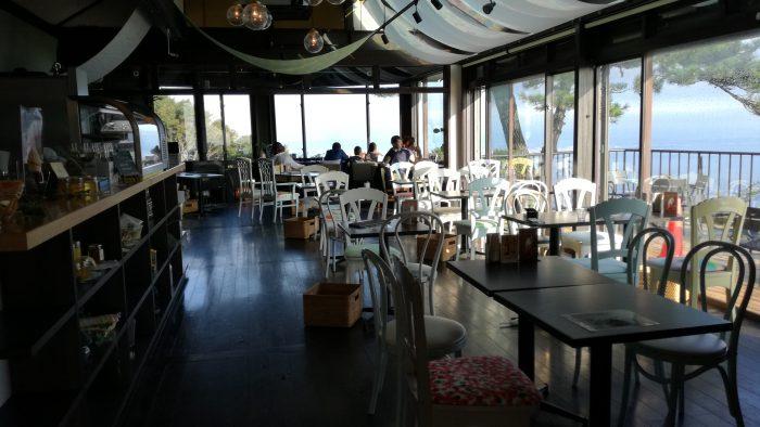 展覧カフェ店内は全面窓