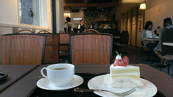 オーソドックスにショートケーキとチョコレートケーキ