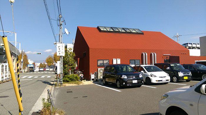 お店の裏に専用の駐車場